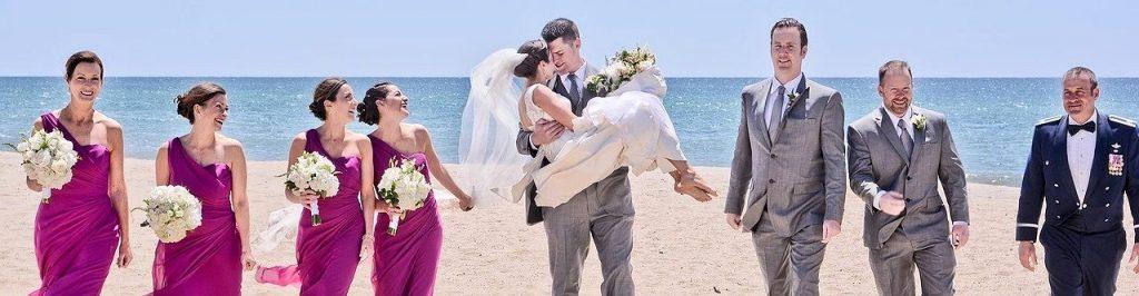 Hochzeitsgesellschaft in einer Panoramaaufnahme. Auch soolche Bildstreifen können um eine Hochzeitetorte besonders exquisit aussehen. 3 Streifen in ca. 7 cm Höhe passen ziemlich genau um eine 26-er Torte